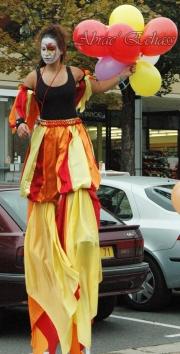 saltimbanques echassiers parade animation fous du roi colores festifs jongleurs acrobates (17)