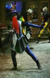 saltimbanques echassiers parade animation fous du roi colores festifs jongleurs acrobates (2)