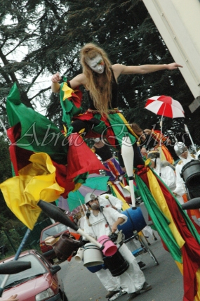 saltimbanques echassiers parade animation fous du roi colores festifs jongleurs acrobates (20)