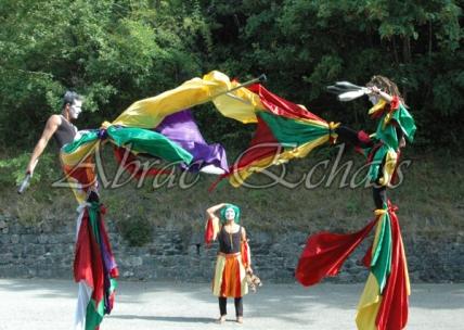 saltimbanques echassiers parade animation fous du roi colores festifs jongleurs acrobates (22)