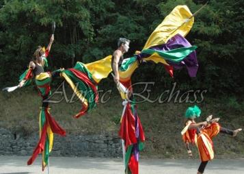saltimbanques echassiers parade animation fous du roi colores festifs jongleurs acrobates (24)