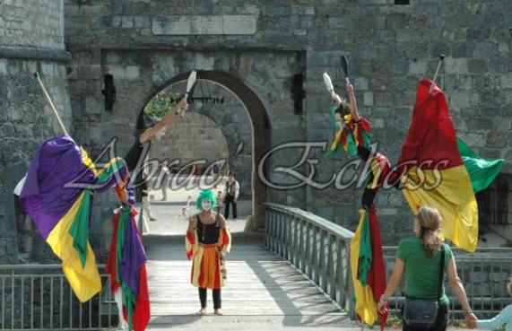 saltimbanques echassiers parade animation fous du roi colores festifs jongleurs acrobates (25)