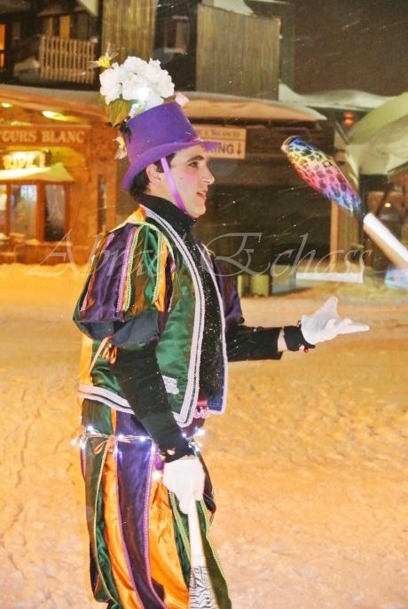 saltimbanques echassiers parade animation fous du roi colores festifs jongleurs acrobates (3)