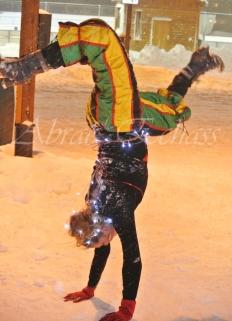 saltimbanques echassiers parade animation fous du roi colores festifs jongleurs acrobates (4)