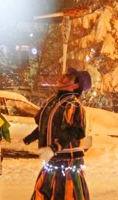 saltimbanques echassiers parade animation fous du roi colores festifs jongleurs acrobates (5)