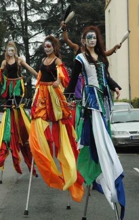 saltimbanques echassiers parade animation fous du roi colores festifs jongleurs acrobates (9)