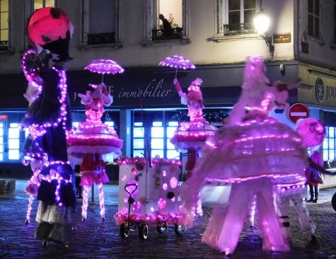 bulles echassiers rose lumineux parade noel illuminations (1)