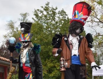 Mysterious voodoo echasses halloween walibi parade dia de los muertos vaudous (6)