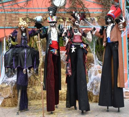 Mysterious voodoo echasses halloween walibi parade dia de los muertos vaudous (65)