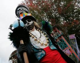 Mysterious voodoo echasses halloween walibi parade dia de los muertos vaudous (85)